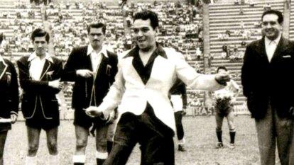Mario Moreno 'Cantinflas' vivía uno de sus mejores momentos a finales de los 40, cuando el América sufría los inicios del futbol profesional en México, por lo que apoyó mucho al club para conservar la categoría.
