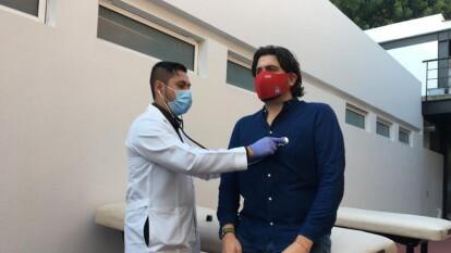 Amaury Vergara sigue el protocolo antes de ingresar a las intalaciones de Verde Valle.