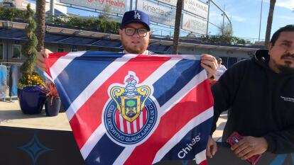 La afición angelina le sigue mostrando cariño a Javier 'Chicharito' Hernández; mensajes de apoyo, banderas de Chivas y México son la constante en el entrenamiento del Galaxy.