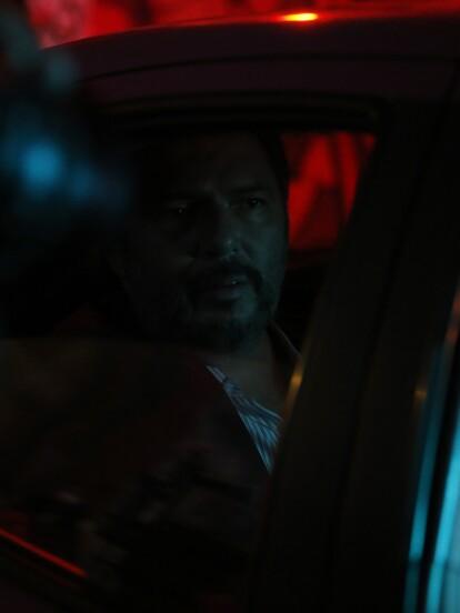 """En """"La Mexicana y el Güero"""", 'Gonzalo', personaje interpretado por Rodrigo Abed, huyó de la finca con el dinero que le dio 'Andrea' (Itatí Cantoral) para evitar que la policía lo atrape luego de que 'Malacara' fuera encerrado en prisión."""