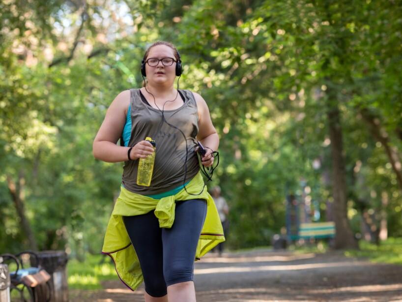 Iniciar una rutina de actividad física requiere avanzar de forma progresiva; primero trota con un paso constante, pero ligero que no te fatigue.