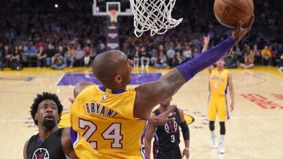 A Kobe le retiraron los dos números que usó en Los Angeles Lakers: 8 y 24, como homenaje a todo lo que hizo por el equipo.