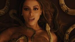 Anitta lanza su veneno rodeada de serpientes