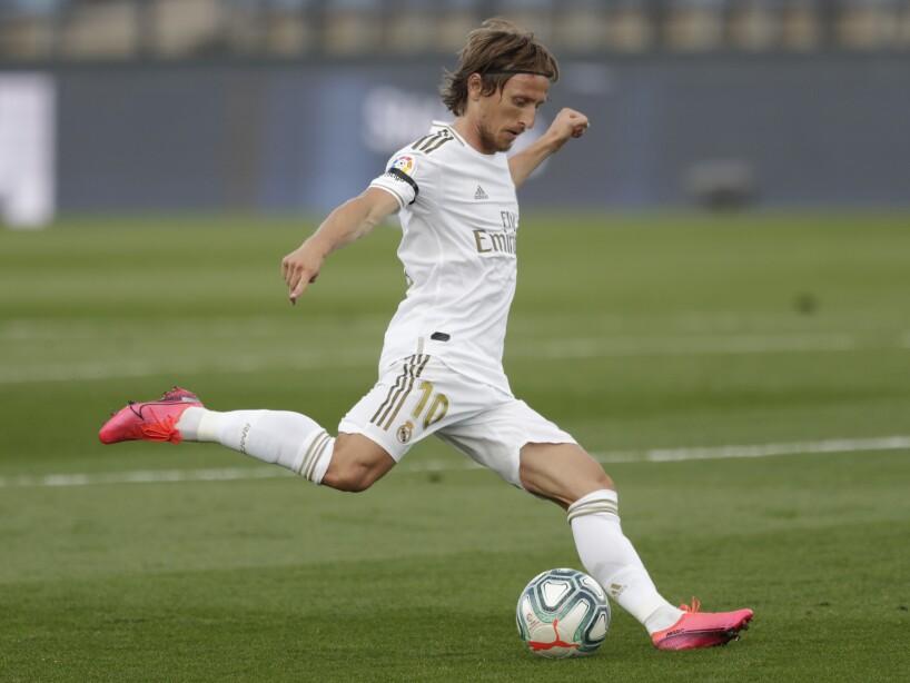 Luka Modric pegándole al balón