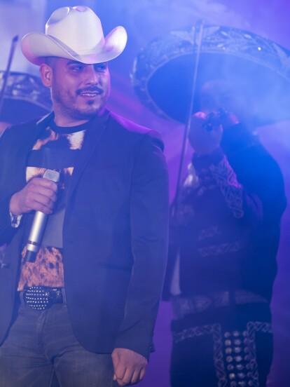 Así se vivió el concierto que Espinoza Paz dio en Mazatlán a beneficio de los damnificados por el huracán 'Juana', dentro de la telenovela Hijas de la luna y que marca su debut en telenovelas.