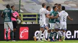 Osvaldo Martínez se pelea con un recoge balones
