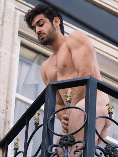 -A este pobre le tocó quedarse desnudo y salir por el balcón