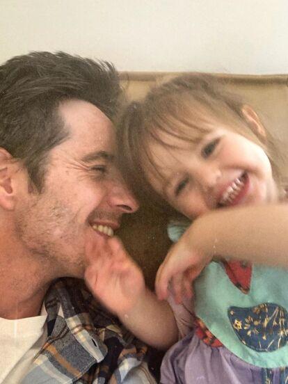 Mauricio Ochmann anunció su separación de Aislinn Derbez en marzo pasado y desde esa fecha ha mostrado en redes sociales su nueva casa de soltero, desde el área de juego que tiene para su hija Kailani hasta su baño.