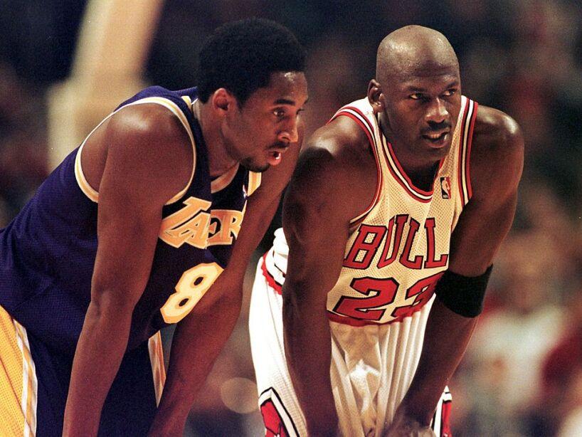 Michael Jordan con Kobe Bryant platicando