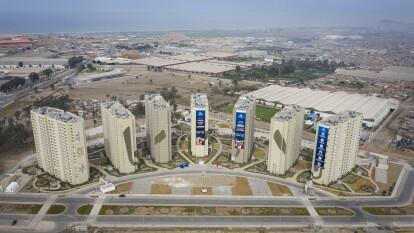Hace menos de un año se disputaban competencias deportivas en Perú, estas torres albergaban a los deportistas y ahora están convertidos en hospitales de emergencia para pacientes con coronavirus.