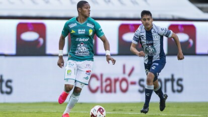 Arranca el partido y León trata de tomar la batuta del encuentro, pero la presión del Pachuca no se los permite.