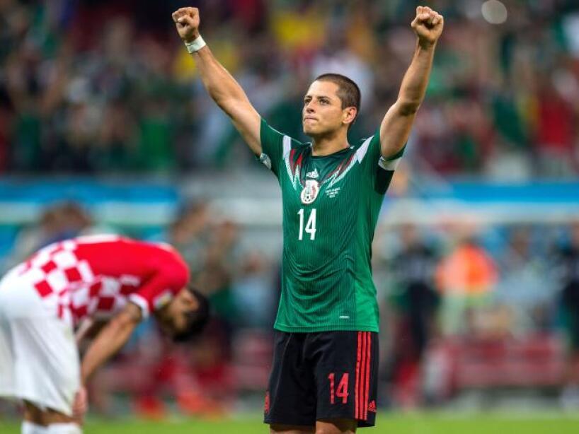 Chicharito Hernández con las manos alzadas