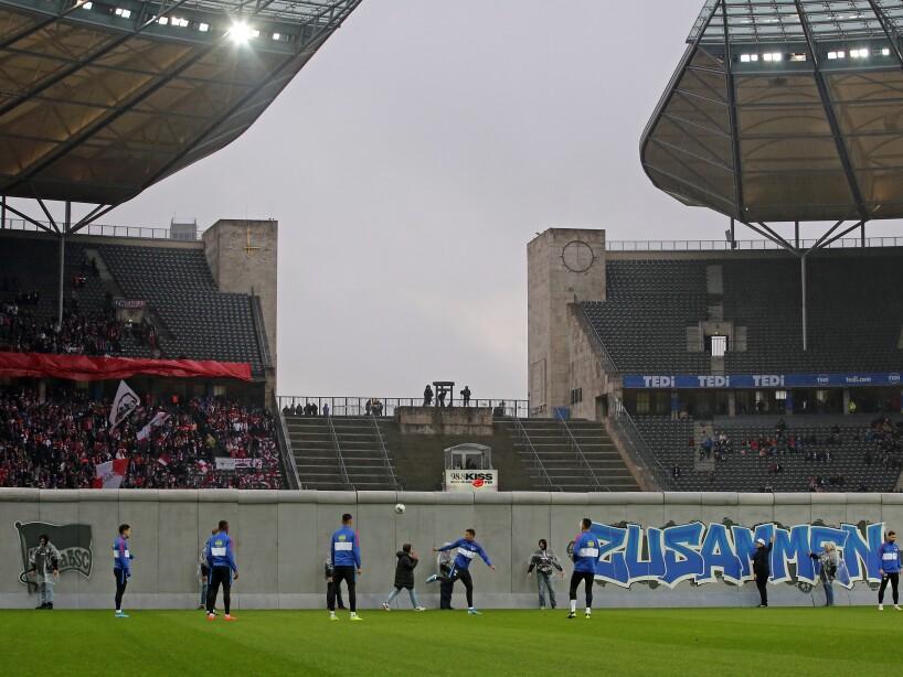 Durante la ceremonia previa al partido entre Hertha BSC y RB Leipzig, realizaron un emotivo homenaje al suceso de 1989.