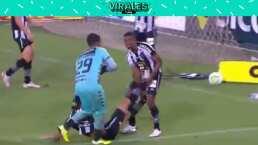 Jugadores de Botafogo arrastran a un lesionado