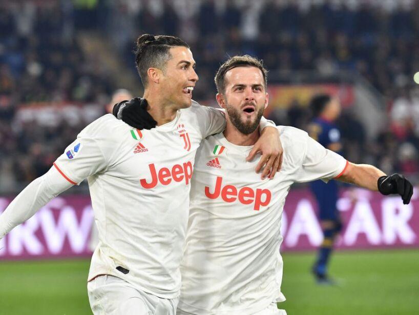 Cristiano Ronaldo y Lionel Messi abrazados