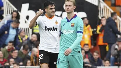 El cuadro Quique Setién cayó 2-0 en el Mestalla y ponen en riesgo el liderato de La Liga. Jordi Alba (48') abrió el marcador y Gómez (77') marcó el gol que definió el encuentro.