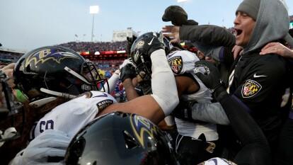 Baltimore Ravens no tuvo su mejor partido pero aún así, Lamar Jackson pasando sólo 145 yardas y corriendo por menos de cuatro yardas por acarreo, Baltimore aún lo logra y es el mejor del ranking. Su récord es de 11-2.<br />