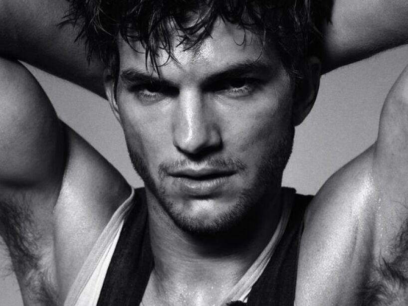 13. Ashton Kutcher: El galán de Two and a Half Men no sólo te derrite con su físico, ¡también te hace reír!