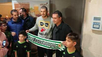 Este fue el recibimiento en el aeropuerto de Sevilla para Guido Rodríguez, ex-jugador del América que ahora militará para el Real Betis en el futbol español.