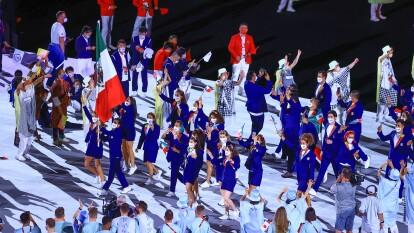 Rommel Pacheco y Gaby López fueron los abanderados, toda la delegación presumió un traje azul marino de la marca 'High Life', diseñados por oaxaqueños.