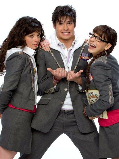 'Atrévete a Soñar' fue una telenovela estrenada en 2009, cuya trama seguía la vida de 'Patito', una adolescente interpretada por Danna Paola, y sus compañeros del Colegio. Esta producción es una adaptación de 'Patito Feo', un melodrama argentino de 2007.