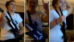 Lucerito Mijares saca su lado rockero y se pone a 'tocar' la guitarra al ritmo de The Strokes