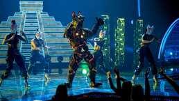 Xolo canta 'For Sale' y baila con lindas alebrijes