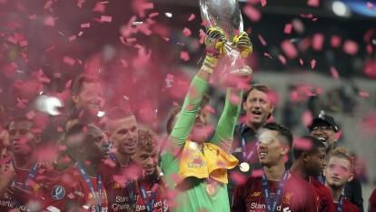 Adrián San Miguel se convirtió en el héroe del Liverpool al atajar el penal decisivo en la victoria sobre el Chelsea.
