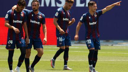 El Levante no tuvo piedad con el Betis y lo terminó goleando 4-2 con tantos de Borja Mayoral, Bardhi, Morales y Rochina; Canales y Juanmi descontaron por la visita. Andrés Guardado jugó 32 minutos mientras Diego Lainez entró por Fekir al 82.