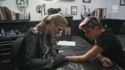 Montserrat Oliver muestra sus dotes como tatuadora y una de sus fans le pide que le haga uno