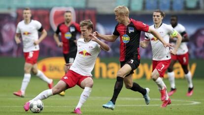 - Leipzig y Hertha Berlín tuvieron la ventaja, pero niguno la mantuvo y el partido finalizó igualado 2-2.<br>- El equipo local se quedó con uno menos tras la expulsión de Halstenberg.<br>- Hertha Berlín jugó más de 25 minutos con un elemento más.</br></br>