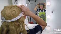 Tenis, peluca y mandil: Karla Panini presume su transformación en la 'comadre güera'