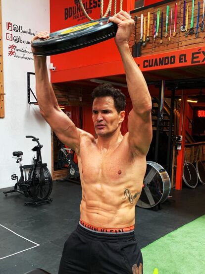 Julio Camejo es un actor que tiene un cuerpo atlético y a través de sus redes sociales ha compartido cómo logra inspirarse para hacer ejercicio, confesando que la clave es la motivación y la disciplina. A continuación, te compartimos 10 ocasiones en las que muestra cómo mantiene su físico.