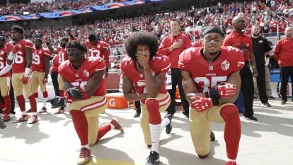 'No voy a ponerme de pie para demostrar orgullo por la bandera de un país que oprime a las personas de color', comentó Colin Kaepernick al ser cuestionado sobre su actitud ante el himno de Estados Unidos.