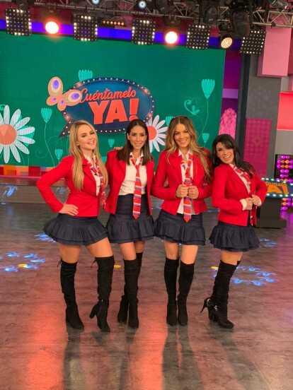 En el programa de este Jueves 25 de marzo, las conductoras de 'Cuéntamelo ya!' aparecieron vestidas con los icónicos atuendos de RBD: camisa blanca, falda de mezclilla, saco y corbata rojos, además de botas negras largas.