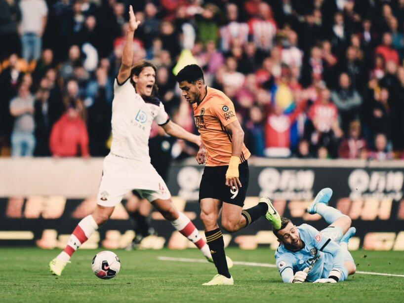El mexicano anotó el gol que le dio el empate a los Wolves 1-1 ante Southhampton.