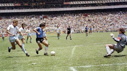 Ya son 34 años de aquellos golazos que enamoraron al mundo, cuando Diego Armando Maradona se elevó a deidad y se inmortalizó para siempre en el corazón del mundo del futbol. Primero fue 'La Mano de Dios' y luego 'el gol del Siglo'. Ambos a los ingleses.