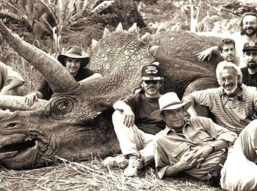 En esta imagen aparece el director Steven Spielberg, el actor Sam Neil y el artista Stan Winston.