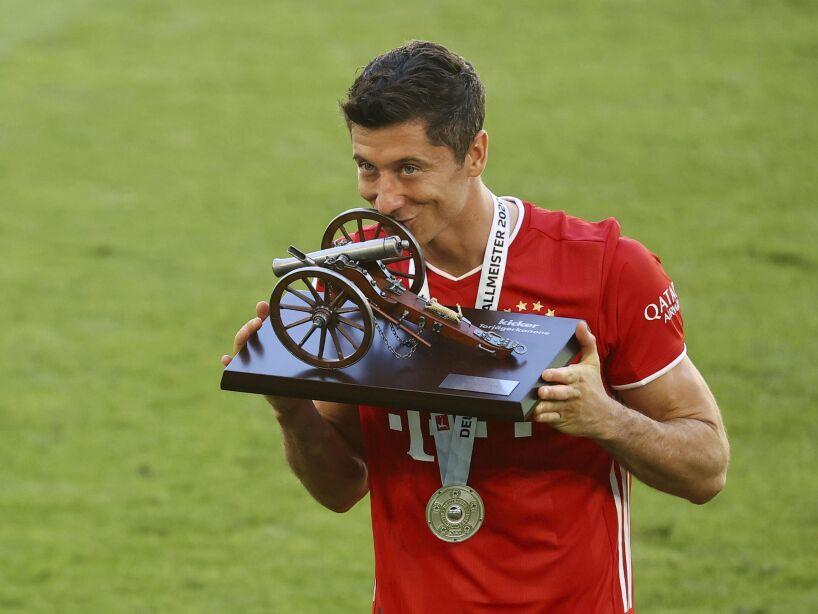Robert Lewandowski besa trofeo con el Bayern Munich
