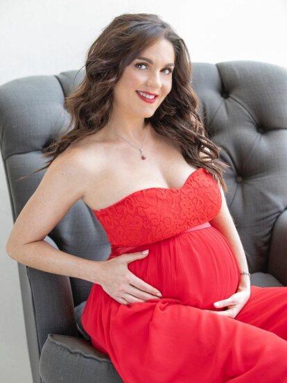 A mes y medio de dar a luz a su hijo Maximiliano, Zoraida Gómez retomó su carrera y regresó a trabajar a los foros de grabación, hecho que dejó ver en redes sociales.
