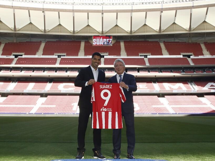 Luis Suárez presentado con playera del Atlético de Madrid.