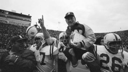 """En 1971 Nebraska y Oklahoma se enfrentaron en algo que fue nombrado """"el Juego del Siglo"""", pues Nebraska lideraba 28-17 pero Oklahoma dio la vuelta con ataque ofensivo, poniendo el juego 31-28. Finalmente Nebraska le dio la vuelta 35-31 y se llevaron la victoria."""