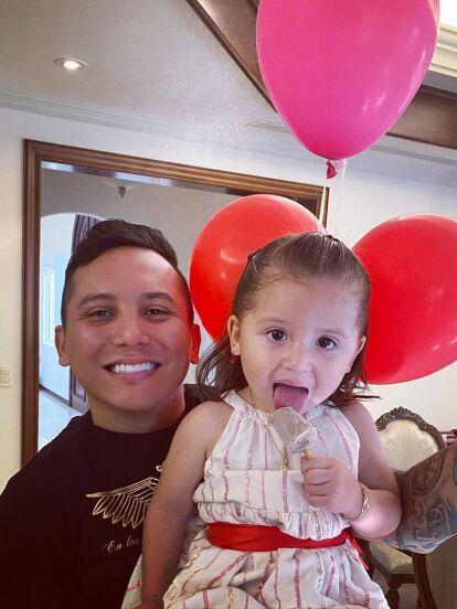 A punto de cumplir dos años de edad, Gianna, hija de Edwin Luna y Kimberly Flores, se transformó en modelo y enterneció en redes sociales gracias a su sesión fotográfica.