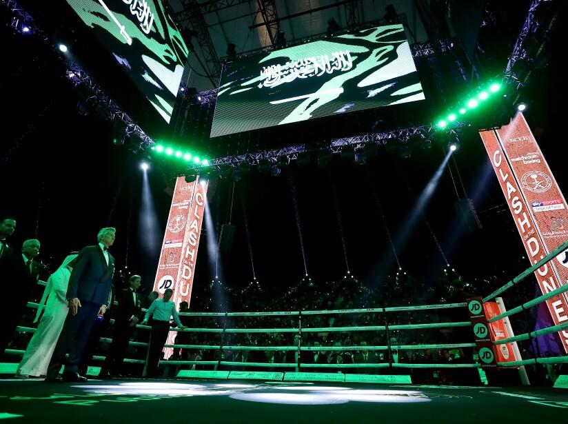 Instantes previos a que se presenten los púgiles en el ring