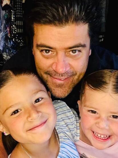 Además de brillar en el ámbito laboral, Raúl Araiza y Jorge Van Rankin se han destacado por su papel como padres de familia. Raúl Araiza se casó con Fernanda Rodríguez el 11 de noviembre de 1995, quienes se separaron en octubre pasado y tuvieron dos hijas, Camila y Roberta.