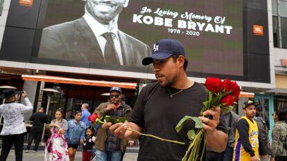 Aficionados se acercaron al Staples Center, entre lagrimas e indredulidad para dejar flores por la muerte de Kobe Bryant.