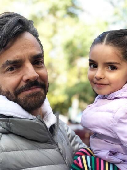 Eugenio Derbez sorprendió en redes sociales al publicar una serie de fotografías inéditas de su hija Aitana cuando tenía pocos meses de edad.