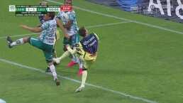 ¡Sale desviado! Sebastián Córdova intenta y se no acierta ante León