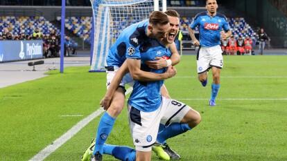 Arkadiusz Milik y Fabian Ruiz celebran el primer gol que abre el marcador el Nápoli ante el KRC Genk.