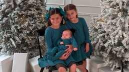 Como todas unas profesionales, hijas de 'El Burro' Van Rankin posan frente a su elegante árbol de Navidad